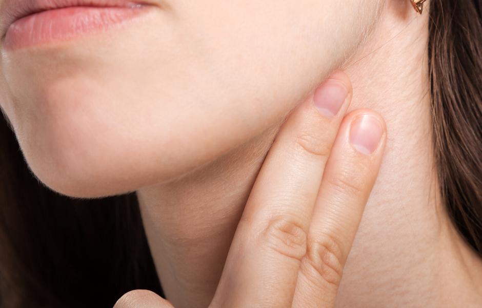 Frau tastet ihren Puls aufgrund von Vermeidungsverhalten Rückversicherung Krankheitsangst