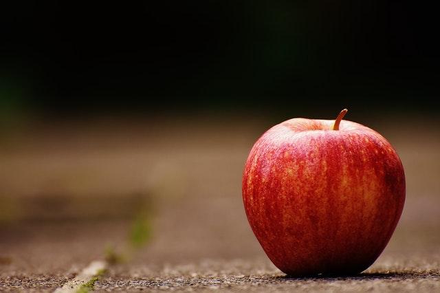 Apfel auf Tisch