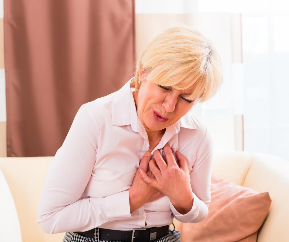Frau hat Herzbeschwerden aufgrund psychischer Belastungen