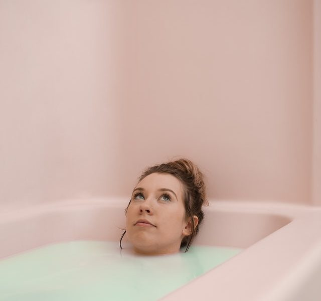 Frau nimmt fokussiert sich auf Angstsymptome
