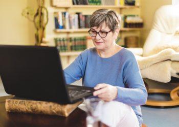 Kathleen arbeitet am Laptop