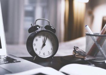 Eine Uhr auf dem Schreibtisch